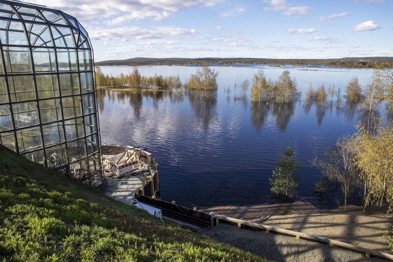 Vesi on Rovaniemen keskustassa 4,5 metriä tavallista kesäpintaa korkeammalla.