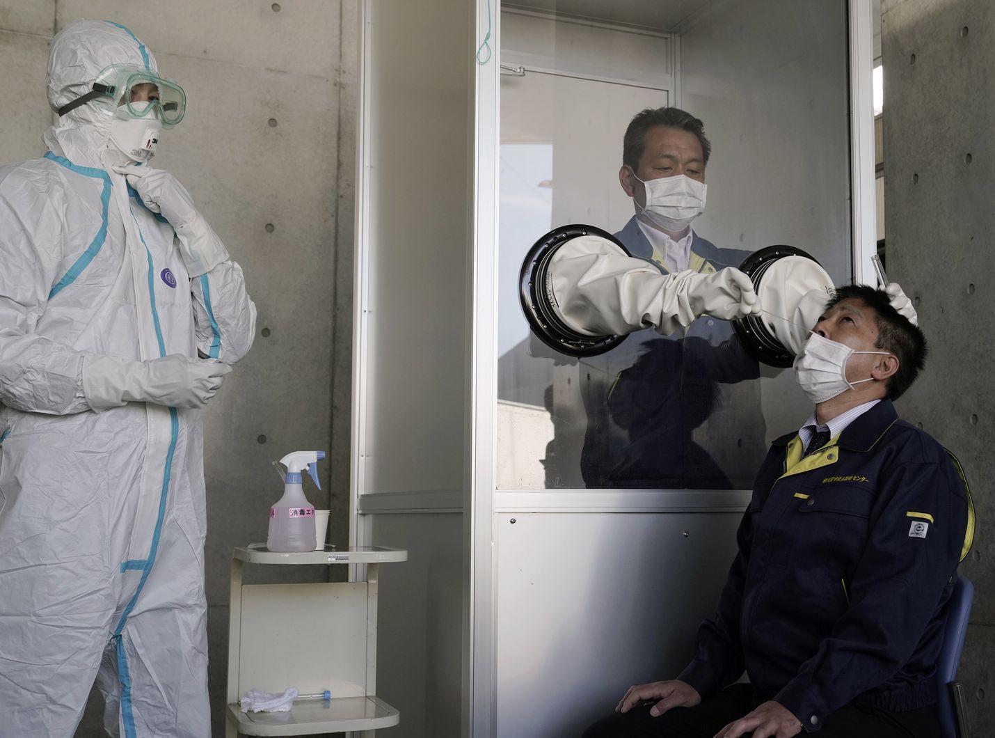 Yokosukassa Japanissa esiteltiin huhtikuun lopussa, miten koronavirusta voidaan testata varotoimien kera.