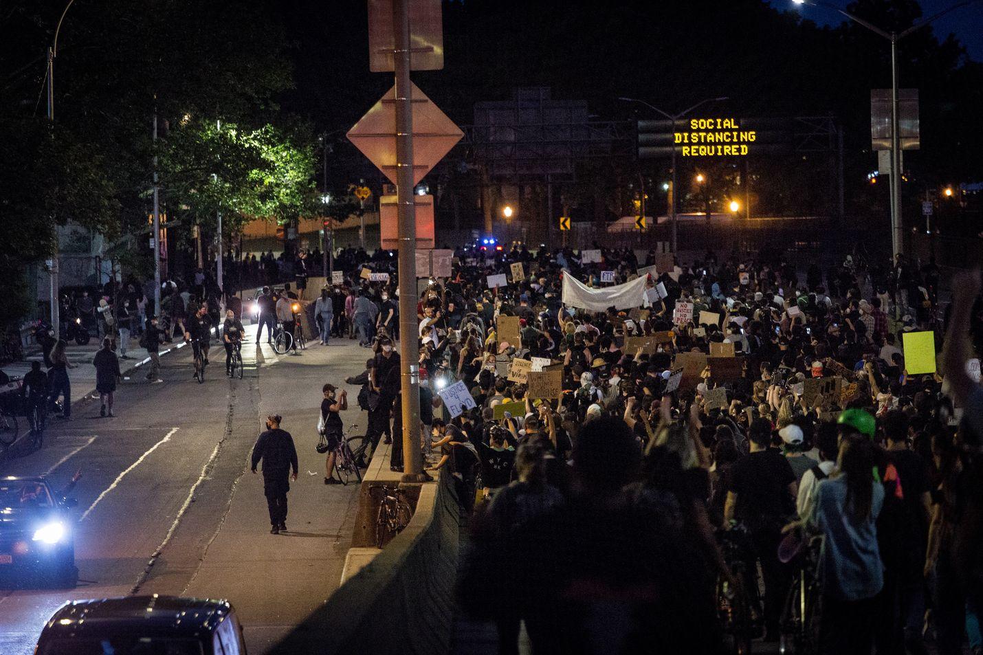 George Floydin kuoleman aikaansaamat mielenosoitukset vaikeuttivat liikennettä New Yorkissa maanantaina.