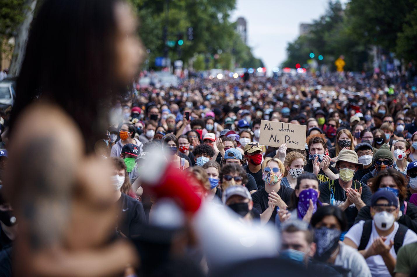 Washingtonissa mielenosoittajien kulkue eteni kohti Valkoista taloa tiistaina.