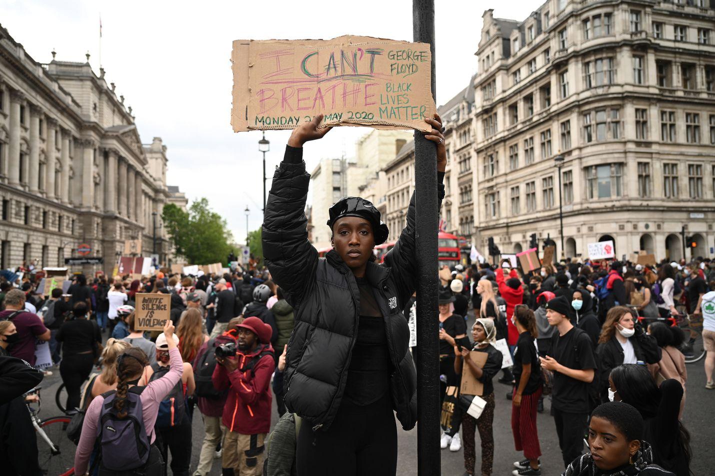 """Mielenosoittajat kokoontuivat Lontooseen muistamaan Minneapolisissa Yhdysvalloissa poliisin surmaamaa George Floydia. Kyltissä luki """"en saa henkeä"""" - sanat, jotka Floyd sanoi ennen kuolemaansa."""