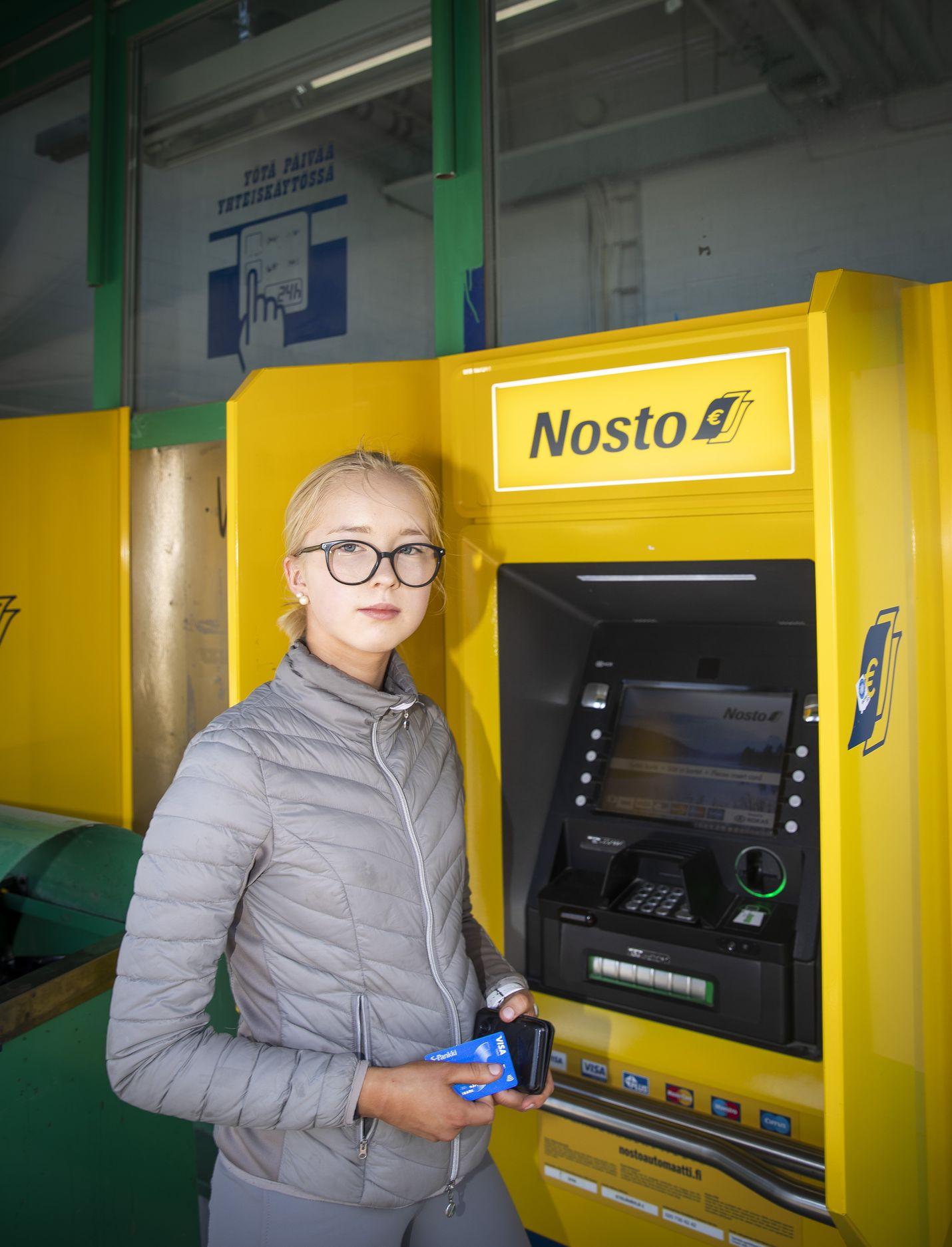 Pankkiautomaatilla asioinut porilainen Saara Leinon, 16, maksaa ostoksensa lähes poikkeuksetta kortilla.  Koronakevään aikana se on korostunut entisestään. Käteisen hyvä puoli on se, että sitä käyttää harkitummin, kun raha on konkreettisesti olemassa. Minulle ei olisi silti ongelma, vaikka käteinen poistuisi kokonaan käytöstä.