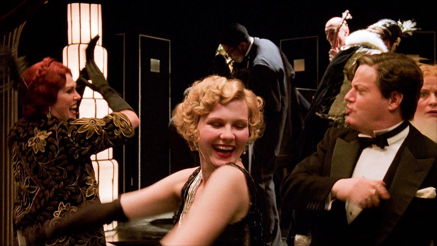 Murha vailla syyllisyyttä kertoo skandaalinkäryiseen kuolemantapaukseen johtaneista viikonloppukemuista, joihin osallistuivat filmitähdet Elinor Glyn (Joanna Lumley), Marion Davies (Kirsten Dunst) ja Charles Chaplin (Eddie Izzard).