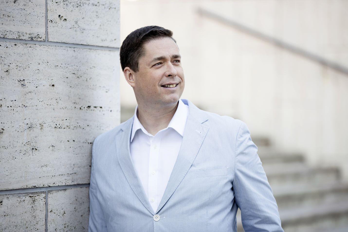 David Mac Dougall kehuu nyky-Suomen päättäjien ja ihmisten valmiutta antaa haastatteluja englanniksi. – Poliitikot tuntuvat miettivän vastauksiaan tarkemmin puhuessaan englantia. Suomeksi tulee helpommin valmis vastaus.
