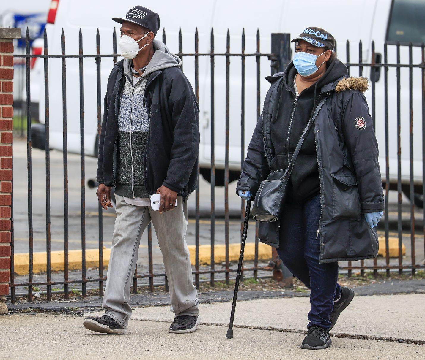 Kaksi mustaa käveli huhtikuussa Chicagossa asuinalueella, jossa asuu enimmäkseen mustia. Pian koronaviruspandemian alkamisen jälkeen huomattiin, että virus iskee etenkin etnisiin vähemmistöihin Yhdysvalloissa.