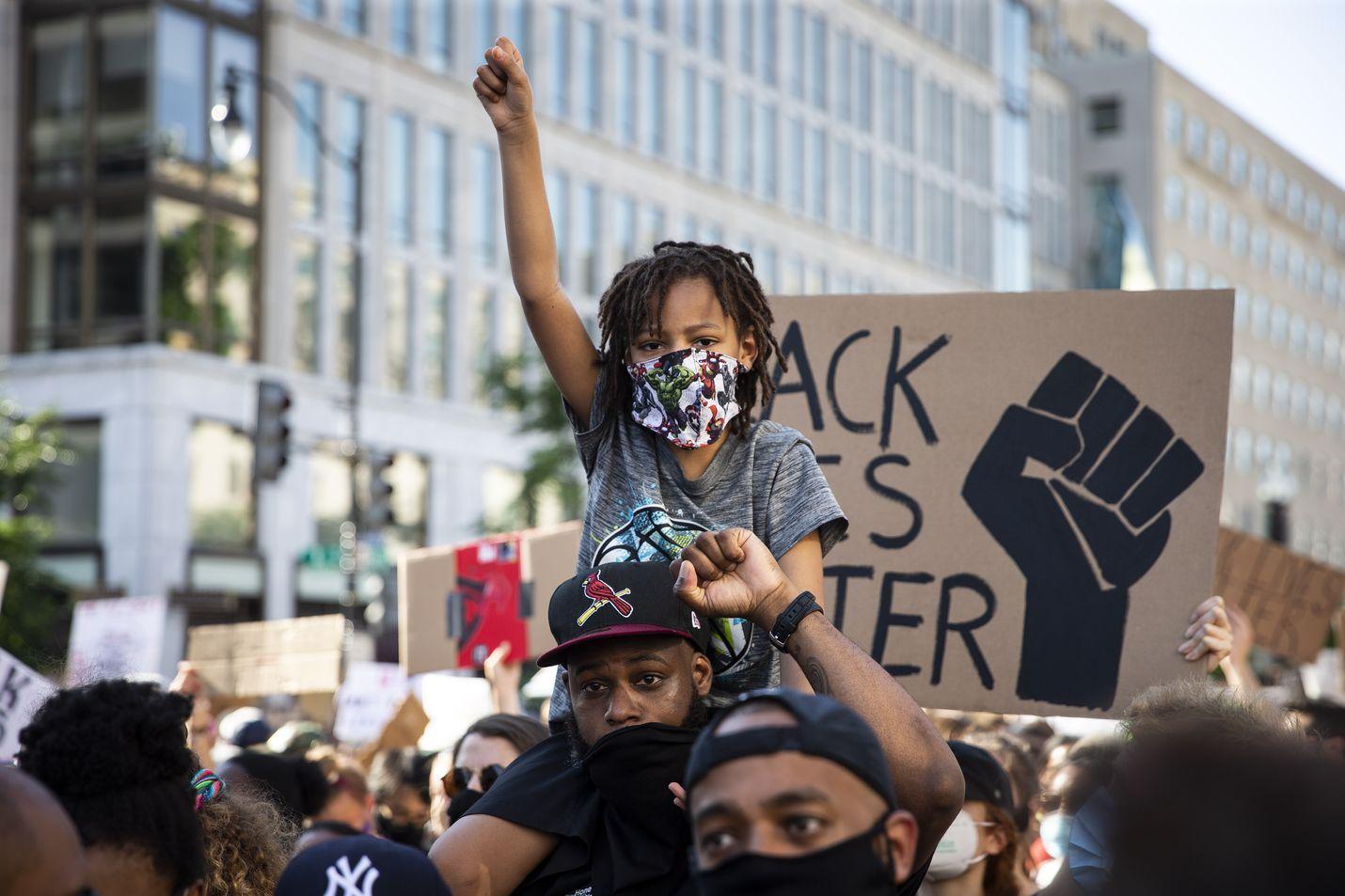 Washingtonissa järjestettiin lauantaina tähän asti suurin mielenosoitus rasismia ja poliisiväkivaltaa vastaan. Valkoisen talon edessä on järjestetty protesteja päivittäin jo viikon ajan.