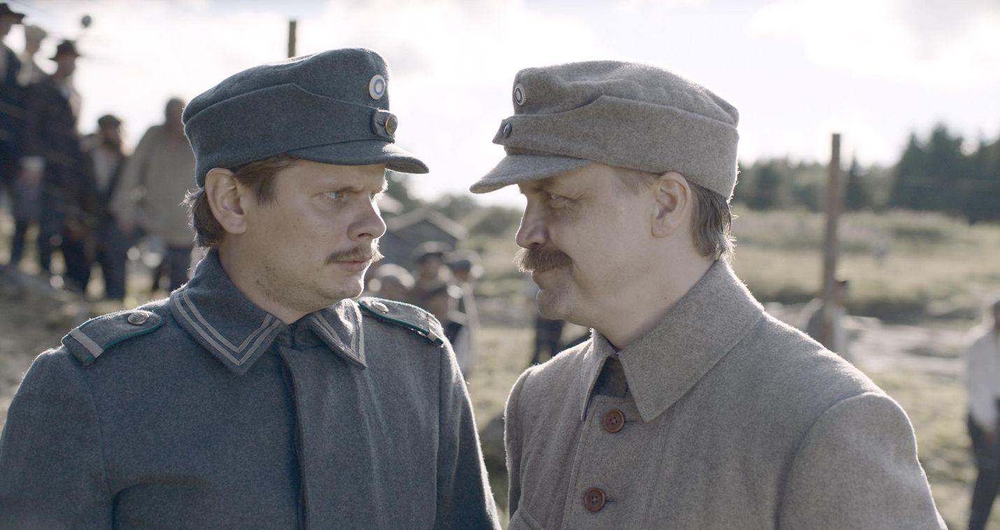 Kuolemanleirin vangit valmistavat näytelmän vartijoiden ja saksalaiskomentajan viihdyttämiseksi. Kuvassa vääpeli Nyborg (Paavo Kinnunen) ja komendantti Kalm (Jani Volanen).