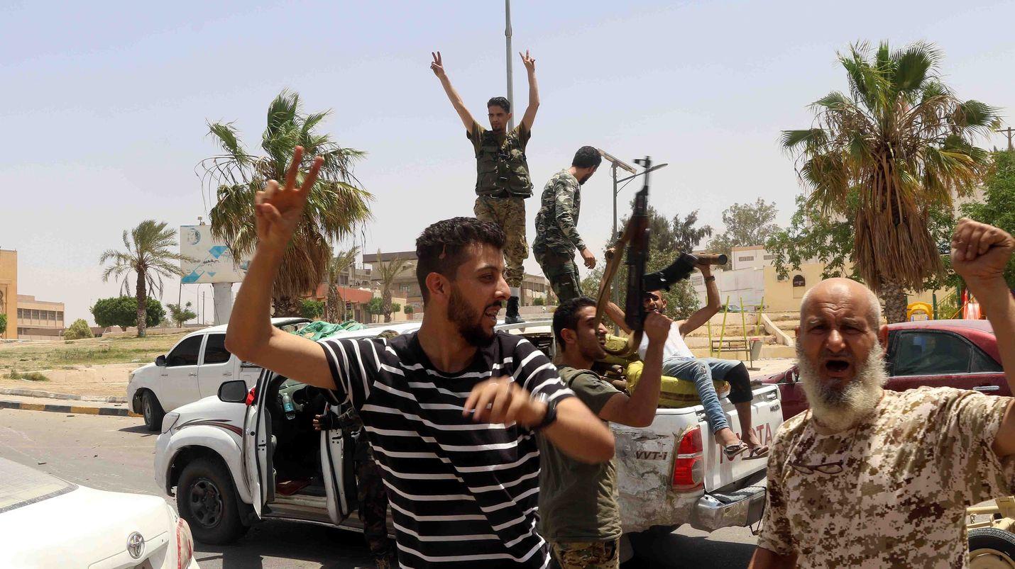 Fayez al-Sarrajin hallitusta tukevat taistelijat tallentuivat valokuvaan vallattuaan Tarhounan kaupungissa vallattuaan alueen kapinallisilta.