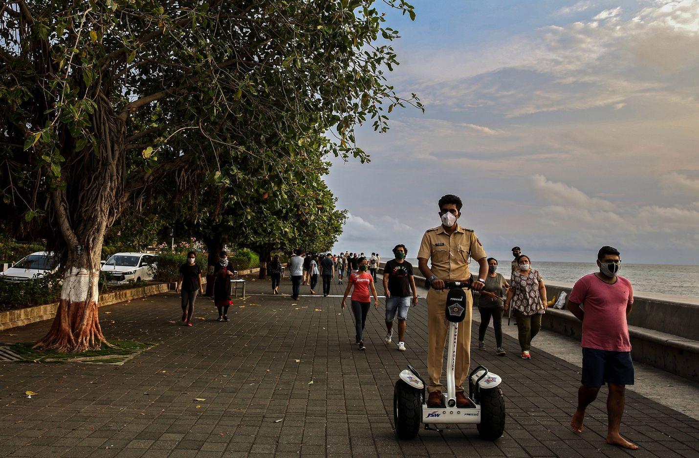 Intialainen poliisi partioi Segwaylla Mumbain kävelykadulla meren rannalla 12. kesäkuuta.
