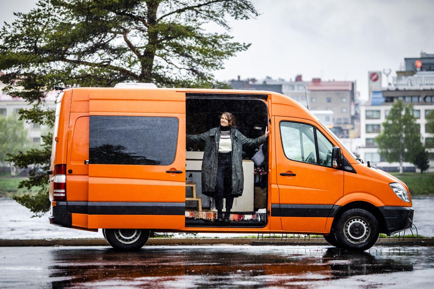 Aino Huilaja ja Jerry Ylkänen halusivat luotettavan auton, jota osataan huoltaa kaikkialla Euroopassa. Viime syksystä pariskunnan ja heidän koiransa koti on ollut vuoden 2010 Mercedes-Bentz Sprinter, jonka mittarissa on tällä hetkellä reilut 220 000 kilometriä.