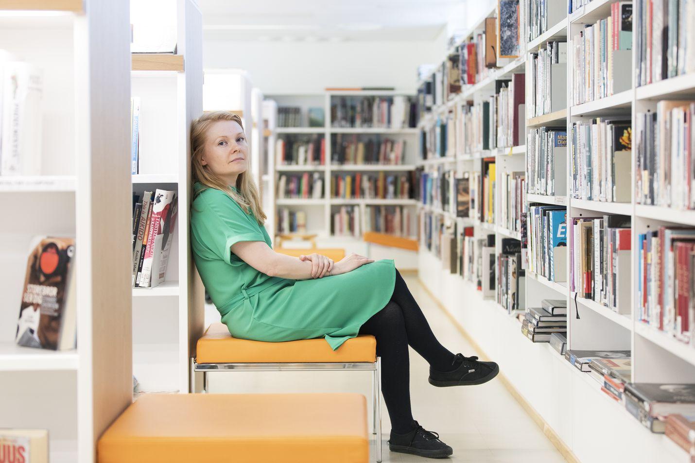 Saara Turunen käy usein Helsingin Töölön kirjastossa lukemassa ja lainaamassa kirjoja. Välillä hän lukee tarkasti kieltä ja kirjan rakenteita miettien, mutta toisinaan hän vain uppoutuu hyvään kirjaan.