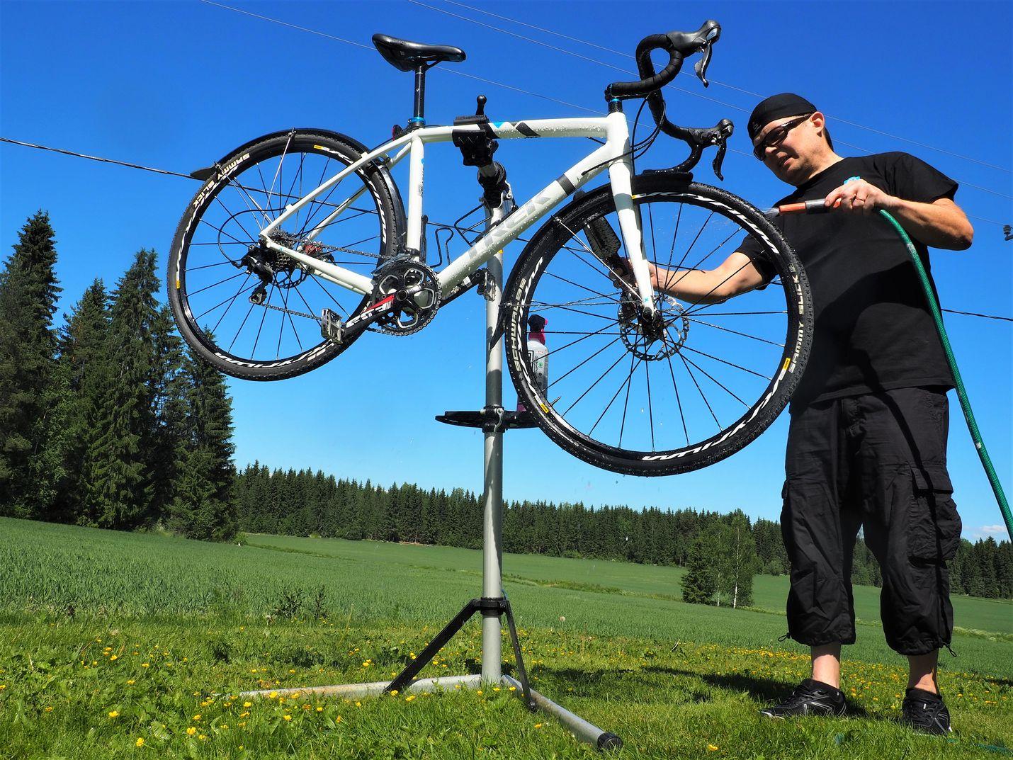 1. Aloita pesusta. Puhdasta pyörää on mukava käyttää, ja mahdolliset viatkin huomaa siitä helpommin. Painepesuri on hommaan liian raju, puutarhaletkun vedenpaine riittää hyvin. Pesuvälineiksi käyvät haalea tai lämmin vesi, sieni, pehmeä harja ja pyöränpesuaine tai autosampoo. Kuivaa säämiskällä tai rätillä. Pyörän voi halutessa kiillottaa autovahalla.