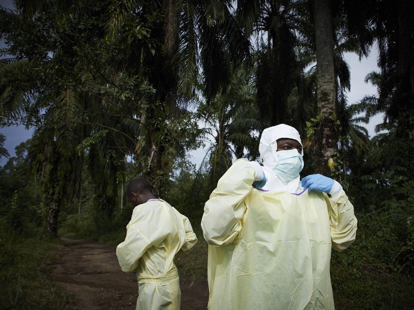 Terveydenhuollon työntekijät panivat suojavarusteita ylleen ebolaepidemian aikana Benissä Kongossa viime elokuussa.