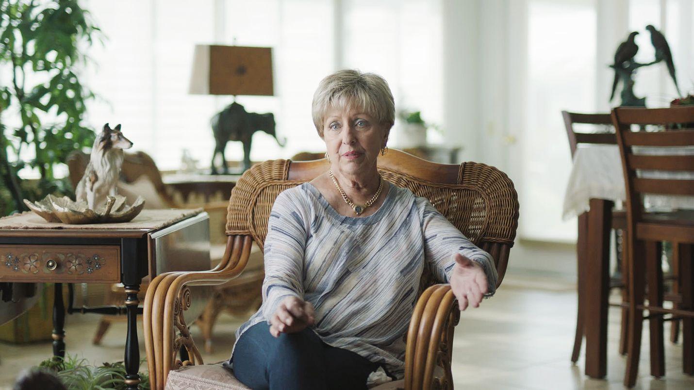 Carol Daly on eläkkeelle jäänyt etsivä ja rikostutkija, joka tutki kultaisen osavaltion tappajan tapausta Sacramentossa 1970-luvulla.