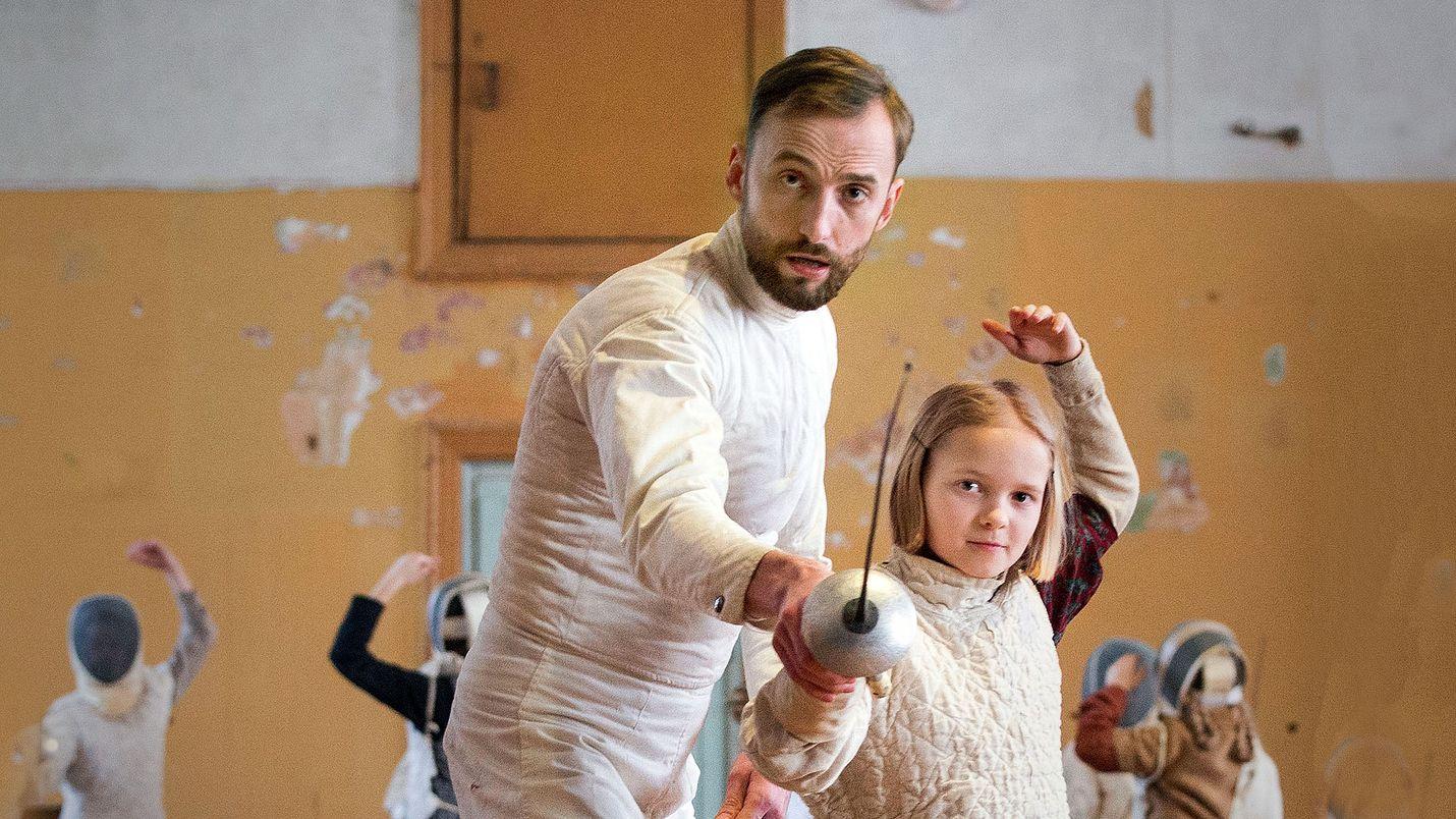 Miekkailijassa virolainen Endel (Märt Avandi) kerjää vaikeuksia opettamalla miekkailua lapsille, kuten Martalle (Liisa Koppel).