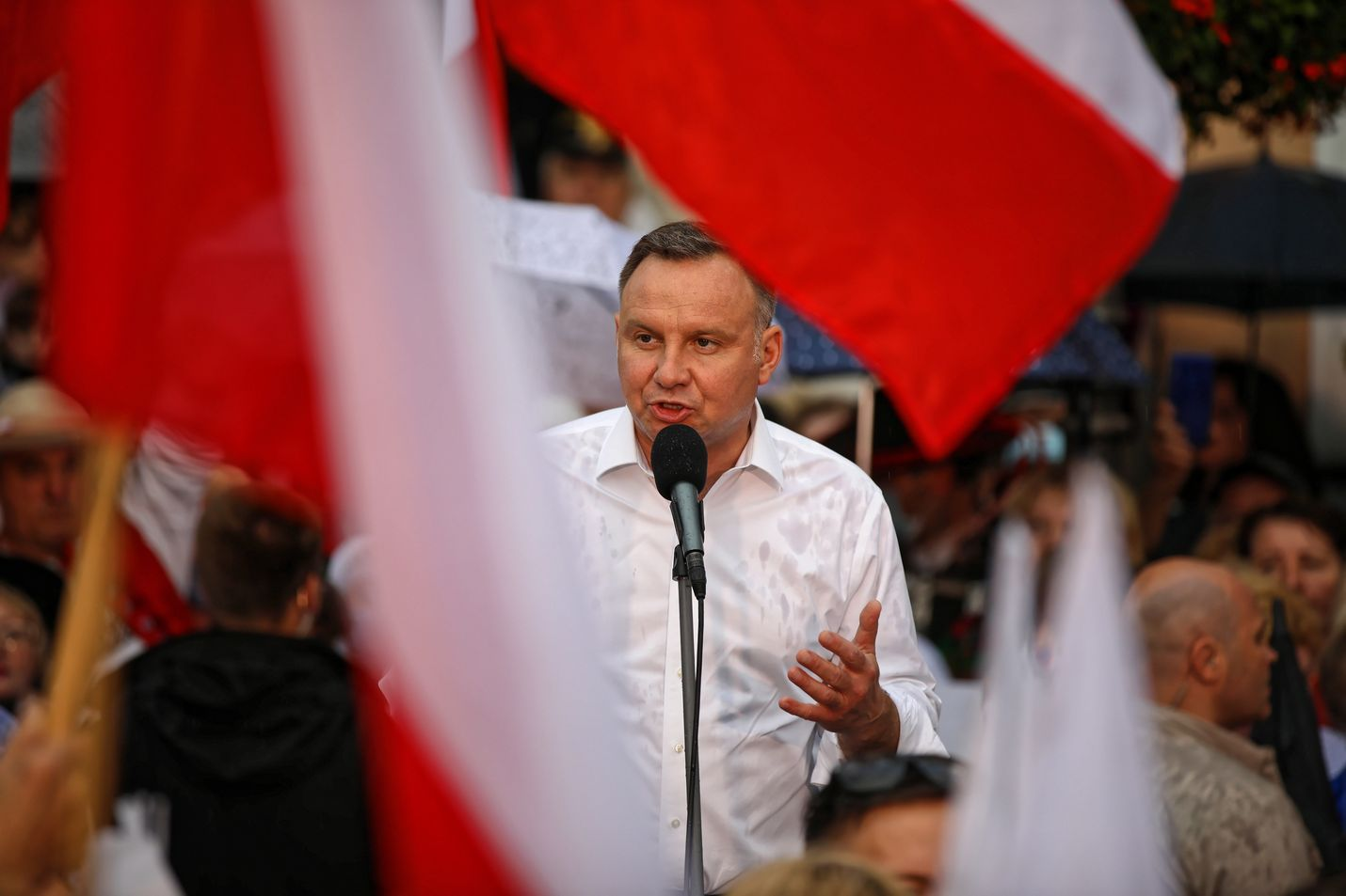 Puolan istuva presidentti Andrzej Duda (kuvassa) kampanjoi jatkokautensa puolesta. Dudan taustalla oleva Puolan valtaapitävä PiS-puolue tekee rajua lokakampanjaa Dudan vastaehdokasta, liberaalia Rafal Trzaskowskia vastaan, joka on keskustaoikeistolaisen Civic Platform -puolueen edustaja.