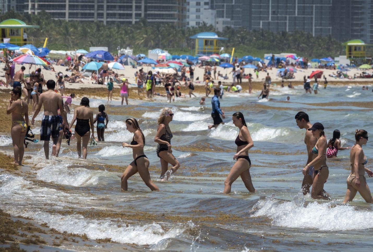 Viime keskiviikkona floridalaisia vietti rantapäivää Miami Beachissa. Osavaltiossa tartunnan saaneiden mediaani-ikä on tippunut reiluun 30 ikävuoteen.