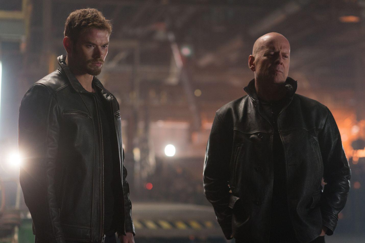 Bruce Willis (oik.) on Extraction-toimintajännärissä CIA-agentti, jonka terroristit nappaavat. Kellan Lutz esittää hänen poikaansa.