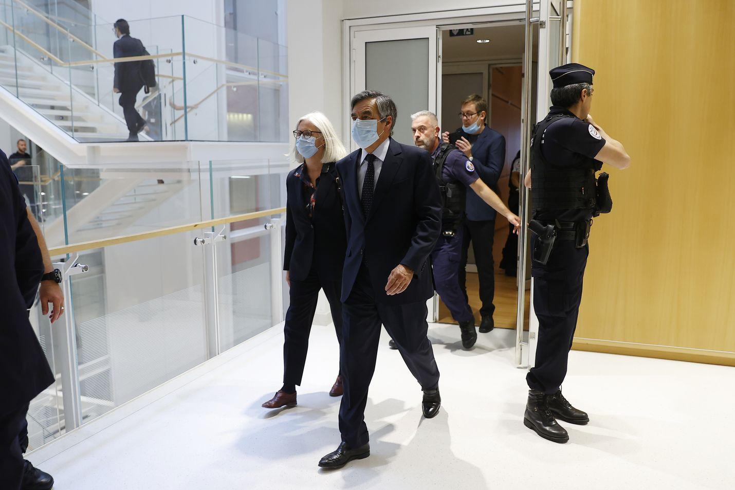 Ranskan entinen pääministeri ja presidenttiehdokas François Fillon poistui vaimonsa Penelope Fillonin kanssa oikeussalista Pariisissa maanantaina tuomion kuulemisen jälkeen.