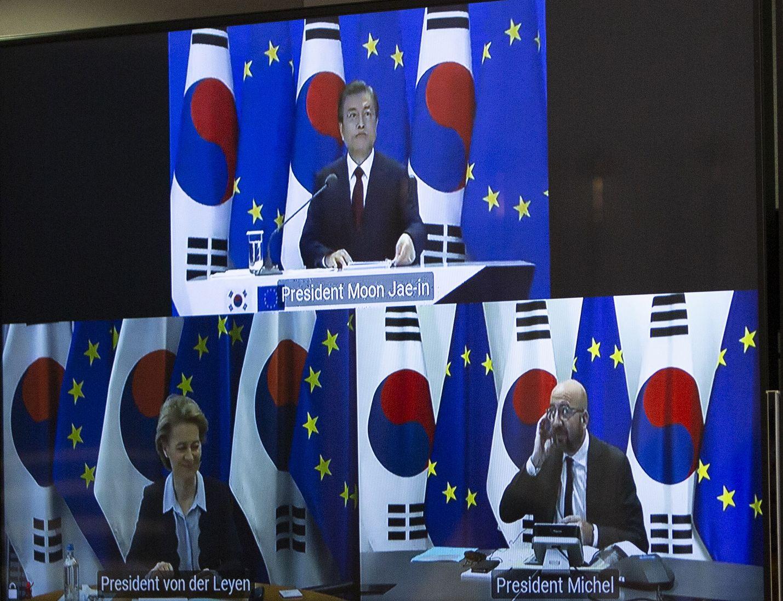 Etelä-Korea pääsee EU:n turvallisten maiden listalle. Eurooppa-neuvoston puheenjohtaja Charles Michel (oik.) ja komission puheenjohtaja Ursula von der Leyen neuvottelivat presidentti Moon Jae-inin kanssa videoitse.