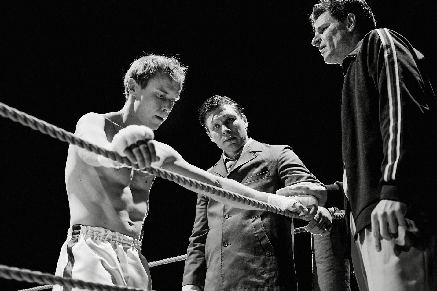 Olli Mäki (Jarkko Lahti) otteli ensimmäisenä suomalaisena nyrkkeilyn maailmanmestaruudesta, ja hävisi. Juho Kuosmasen Cannesissa palkittu elokuva perustuu tositapahtumiin. Mäen valmentajaa näyttelee Eero Milonoff.