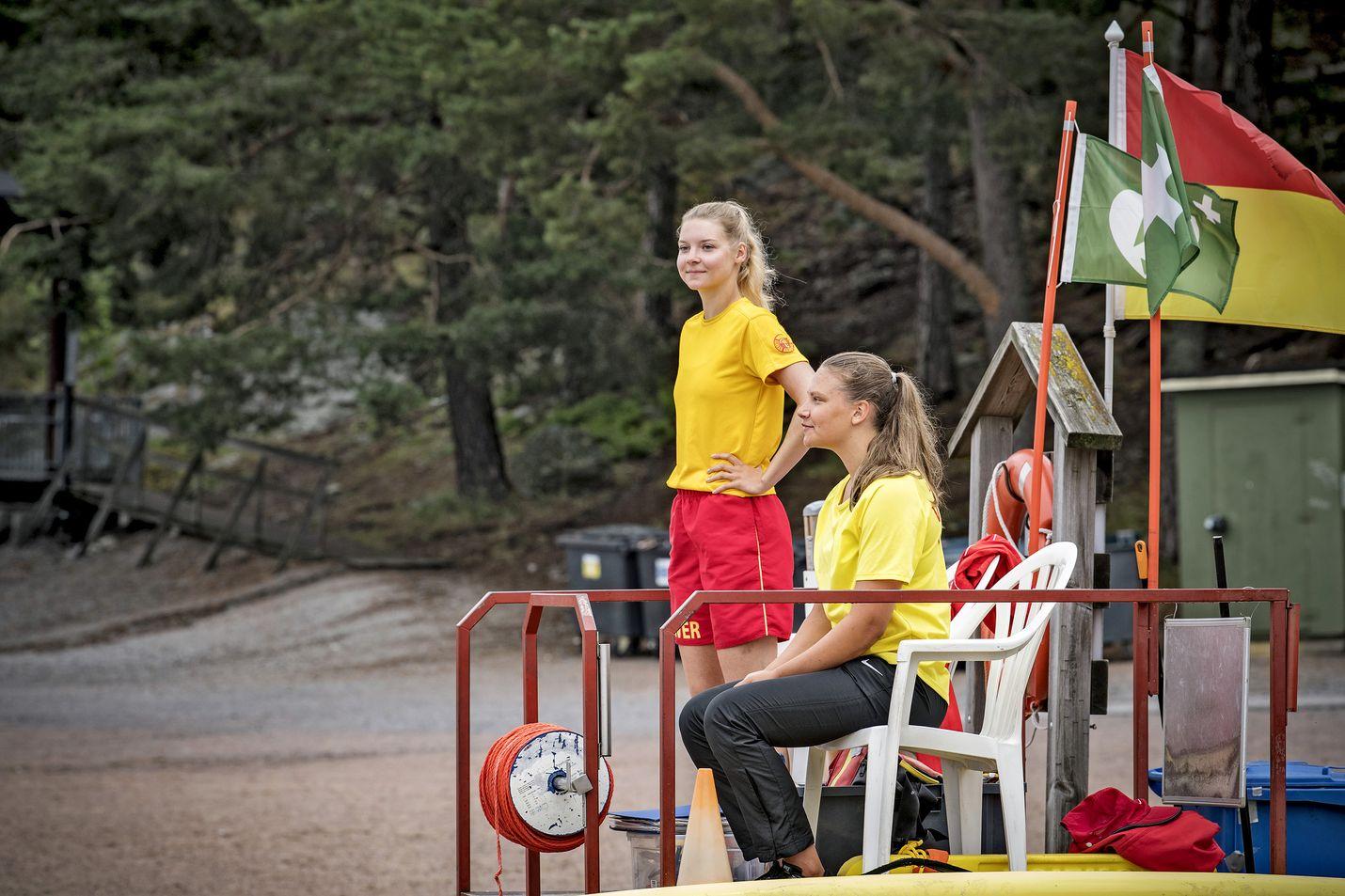 Alexandra Pihlajamäki ja Emma Uusküla valvovat Ispoisten uimarantaa Turussa. Rantavalvojat kertovat, että hukkuva ei pysty näyttämään hätäänsä. Rantavalvojat on koulutettu tunnistamaan miltä hukkuva ihminen näyttää.