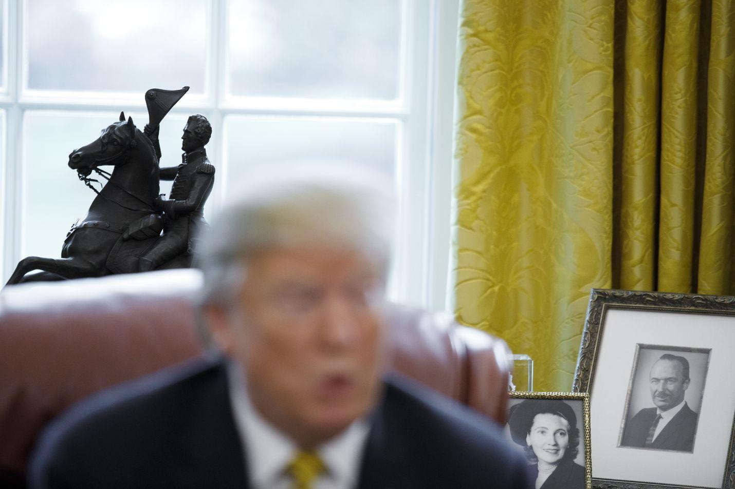 Yhdysvaltain presidentti Donald Trump pitää työhuoneessaan esillä vanhempiensa Mary Anne MacLeodin ja Fred Trump Sr:n kuvia. Kuva on otettu huhtikuussa 2019.
