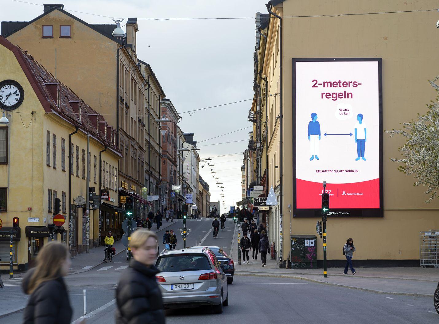 Ruotsi otti käyttöön huomattavasti kevyempiä koronaviruksen vastaisia rajoitustoimia kuin muut Pohjoismaat. Huhtikuun lopussa tukholmalaisia muistutettiin kaupungilla turvavälien pitämisestä.