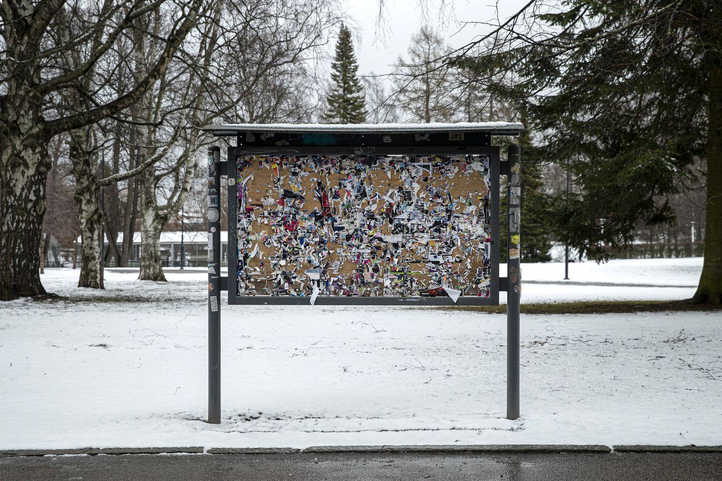 Koronakriisi pisti tapahtumille lopun maaliskuun puolivälissä. 15. huhtikuuta otetussa kuvassa näkyy, kuinka Tampereen Sorsapuiston ilmoitustaulu oli tyhjennetty tapahtumajulisteista.