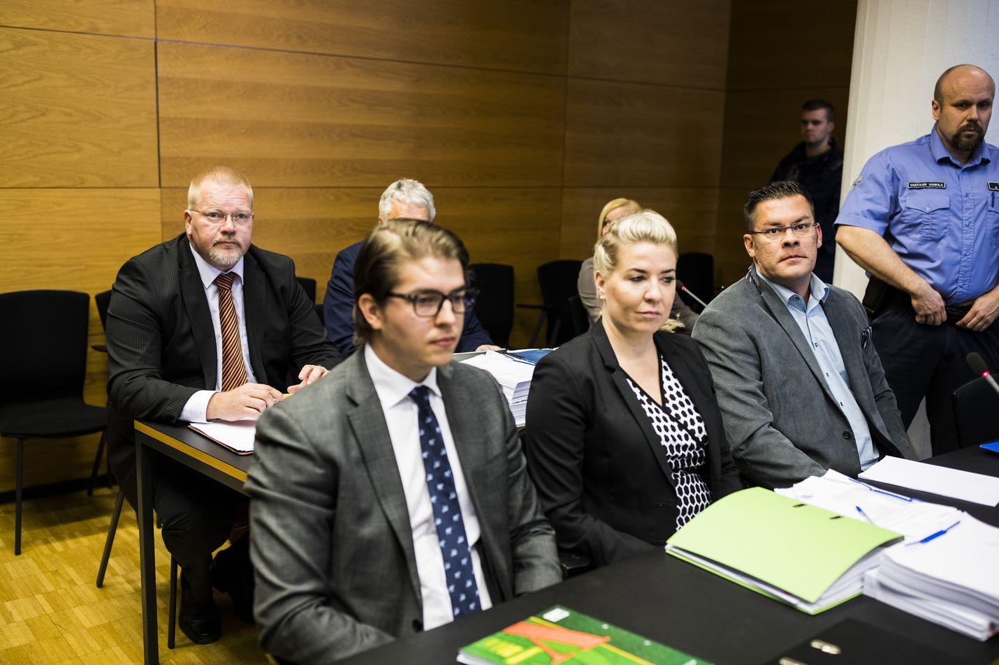 """Venäjä-yhteyksistään tunnettu """"Kohudosentti"""" Johan Bäckman (vasemmalla takana) vastasi syytteisiin käräjäoikeuden istunnossa kaksi vuotta sitten. MV-julkaisun perustaja Ilja Janitskinin (edessä oikealla) osalta käräjäoikeuden tuomio pysyi ennallaan, koska hänen valituksena hovioikeuteen raukesi, kun hän kuoli tämän vuoden helmikuussa syöpään."""