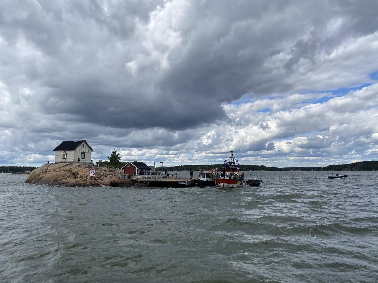 Vesibussissa olleet 52 ihmistä evakuoitiin Loistokarille Airistolla.