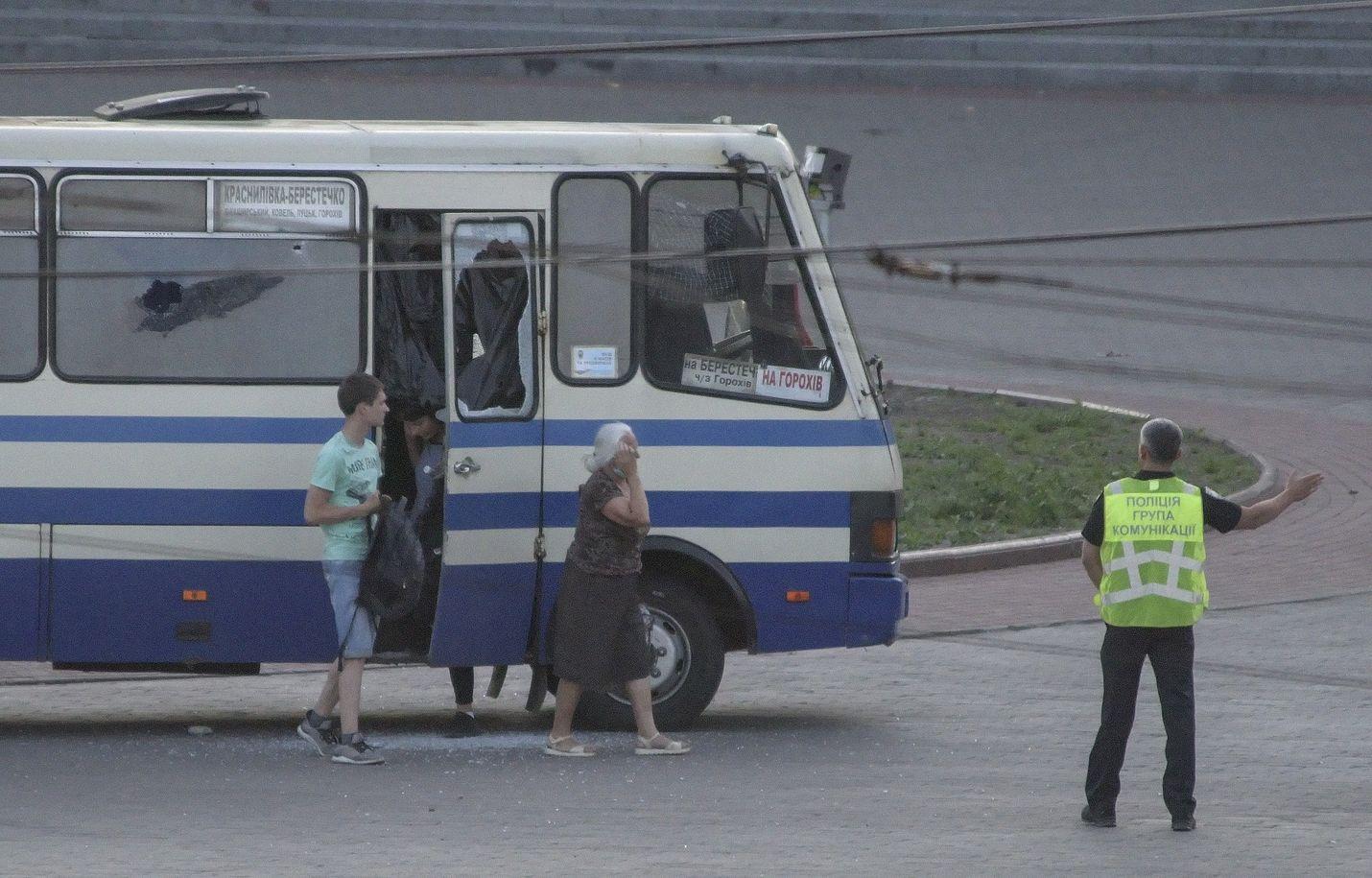 Poliisi ohjasi kolme ensiksi vapautettua panttivankia pois kaapatusta linja-autosta.