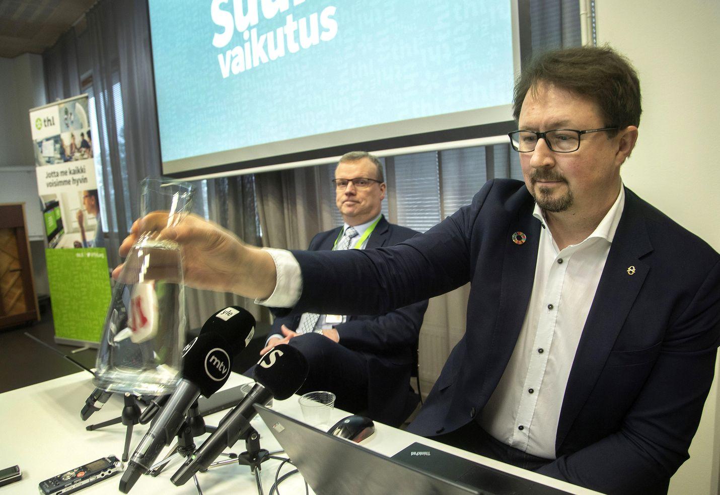 Terveyden ja hyvinvoinnin laitoksen (THL) mukaan Suomen koronatilanne on vakaa. Kuvassa THL:n pääjohtaja Markku Tervahauta (vasemmalla) ja terveysturvallisuusjohtaja Mika Salminen.