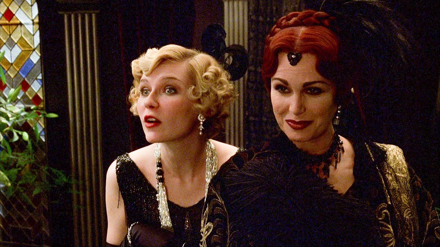 Puoliksi tosi tarina kertoo skandaalinkäryiseen kuolemantapaukseen johtaneista viikonloppukemuista. Juhliin osallistuivat myös kirjailija Elinor Glyn (Joanna Lumley) ja filmitähti Marion Davies (Kirsten Dunst).