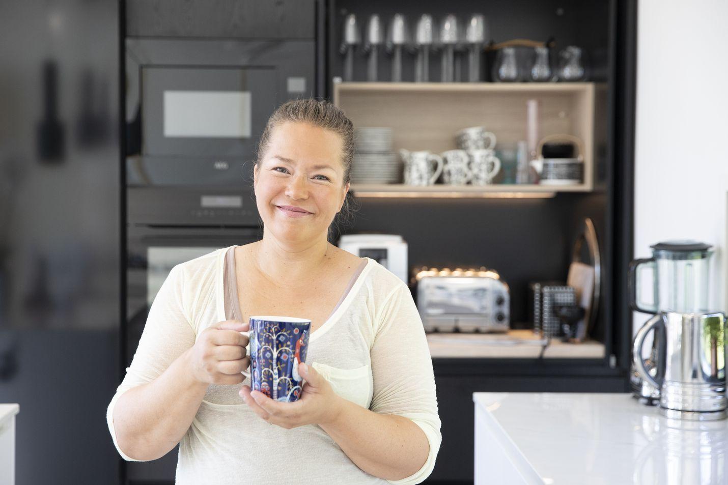 Saana Lamminaho nauttii useimmiten ison kupillisen mustaa kahvia. Peruskahvien lisäksi hän saa tehtyä kahvikoneellaan esimerkiksi espressoa ja cappuccinoa.