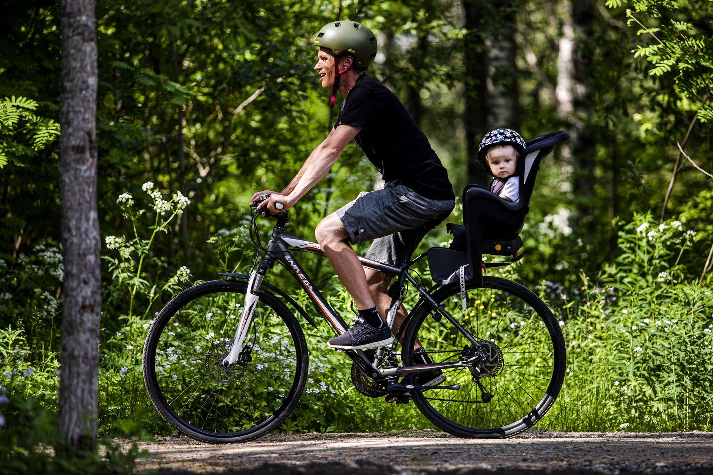 Miikka Hast ajaa työmatkat polkupyörällä ympäri vuoden. Useimmiten kyydissä istuu lapsi, tällä kertaa Aarni Hast.