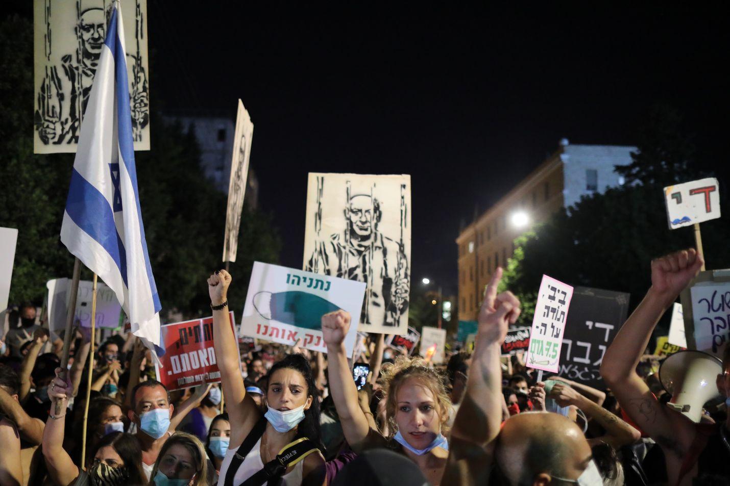 Mielenosoittajat protestoivat Israelin pääministerin Benjamin Netanjahun kodin ulkopuolella viime viikolla Jerusalemissa. He vaativat pääministerin eroa.