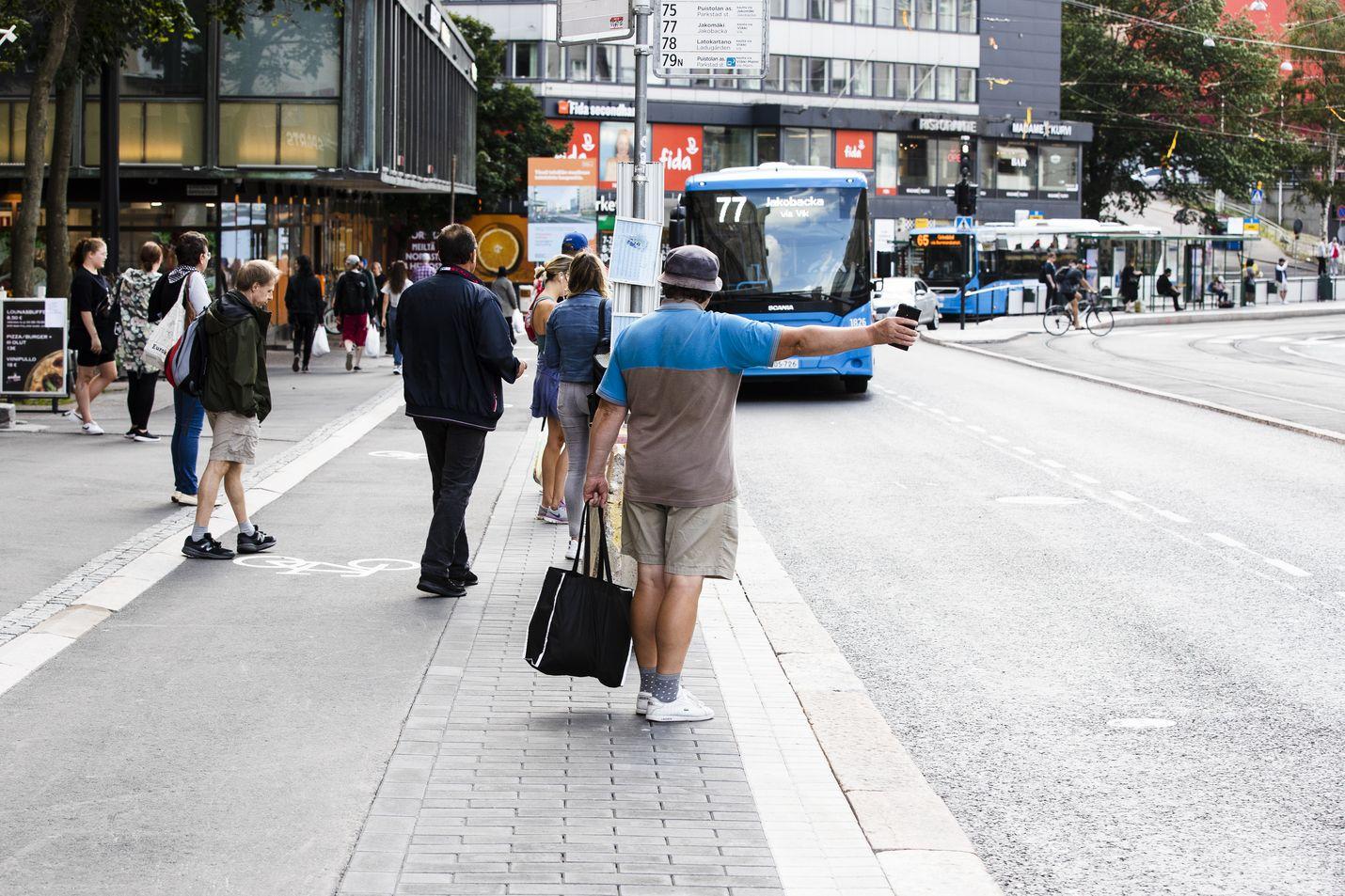 Koronaviruksen takia linja-autoliikenne pyörii noin puolella teholla normaalista. Helsingin Sörnäisissä 31. heinäkuuta bussiin riitti menijöitä.
