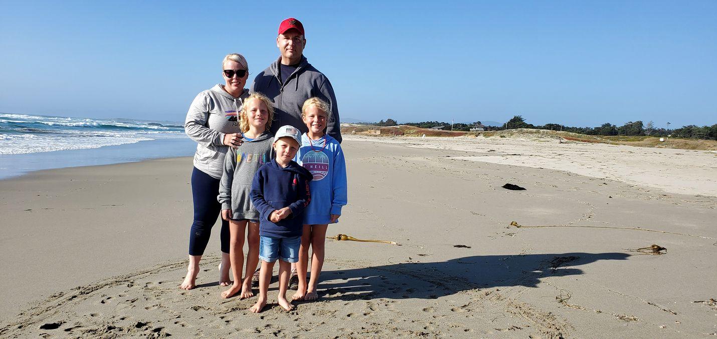 Kaliforniassa asuva Anna Rhoades perheineen rannalla. Vierellä mies Jason ja vasemmalta kaksostytöt Olivia ja Sophia 10, Lukas-poika, 6.