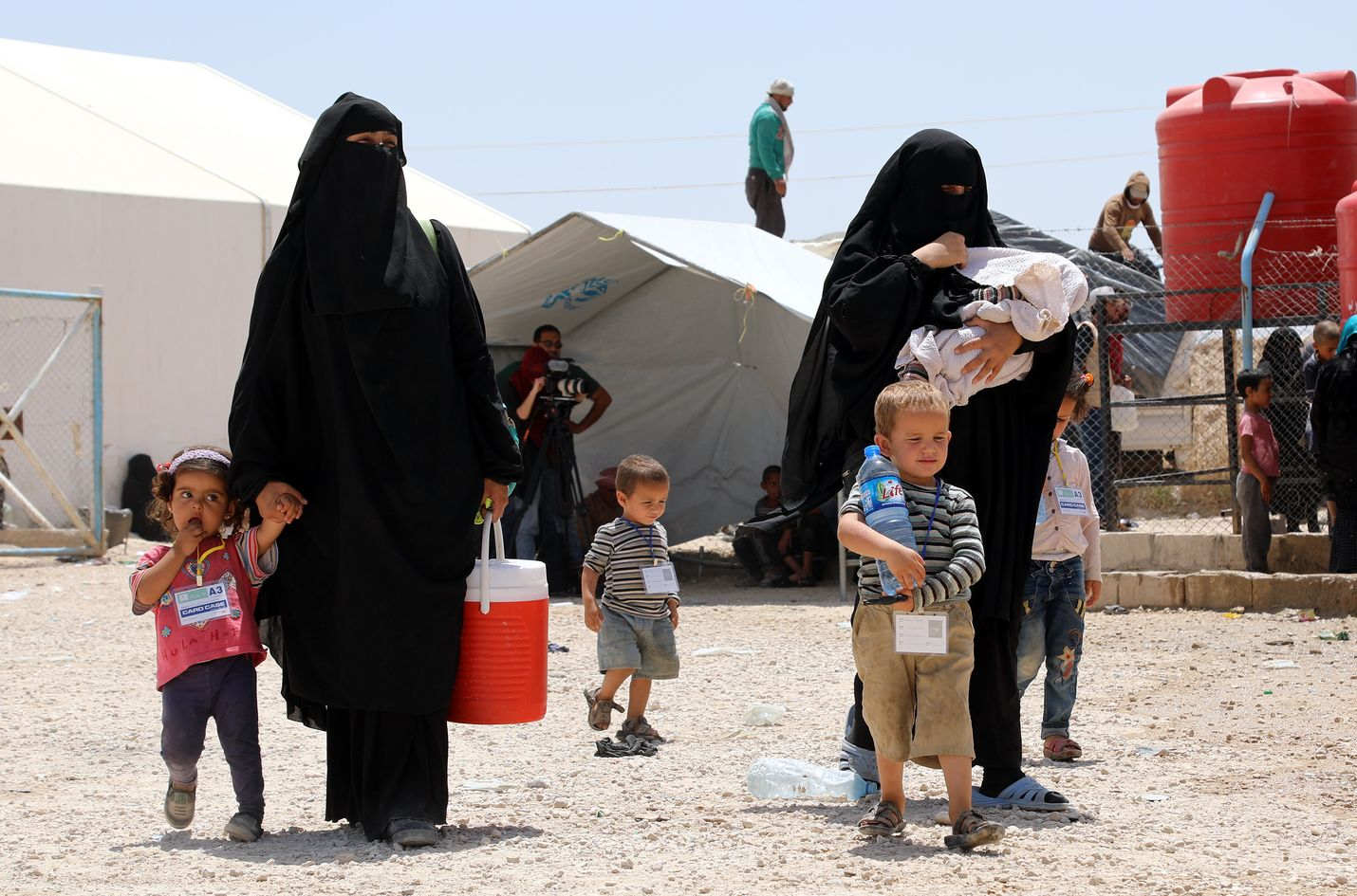 Terroristijärjestö Isisin taistelijoiden vaimot kävelit lasten kanssa Al-Holin leirissä Syyriassa 3. kesäkuuta vuonna 2019.