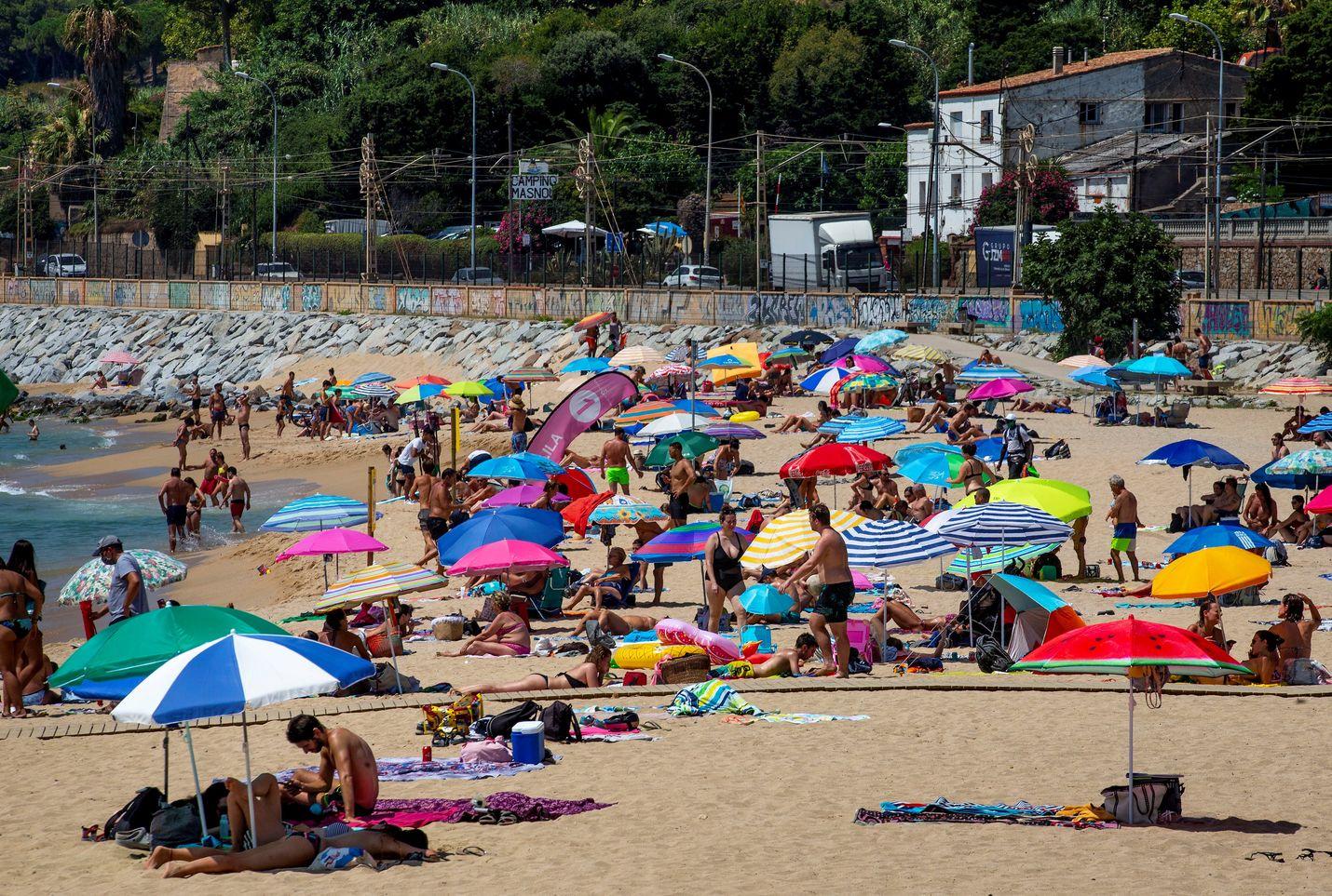 Elokuun ensimmäisen päivän tunnelmia El Masnoun rannalla Barcelonasta pohjoiseen.