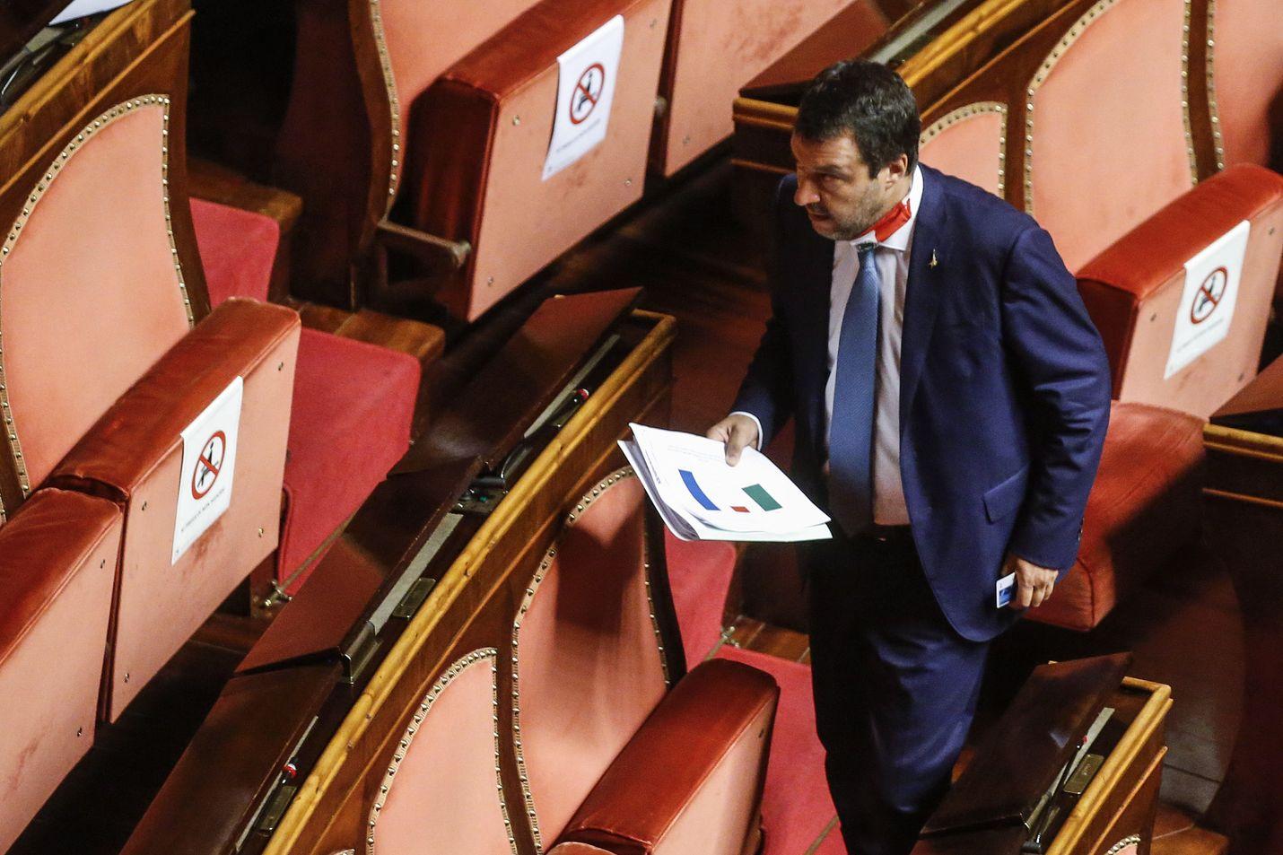 Legan puheenjohtaja Matteo Salvini senaatissa torstaina. Salvinilta poistettiin samana päivänä syytesuoja tapauksessa, jossa hän kielsi päästämästä siirtolaisia kuljettanutta laivaa maihin.