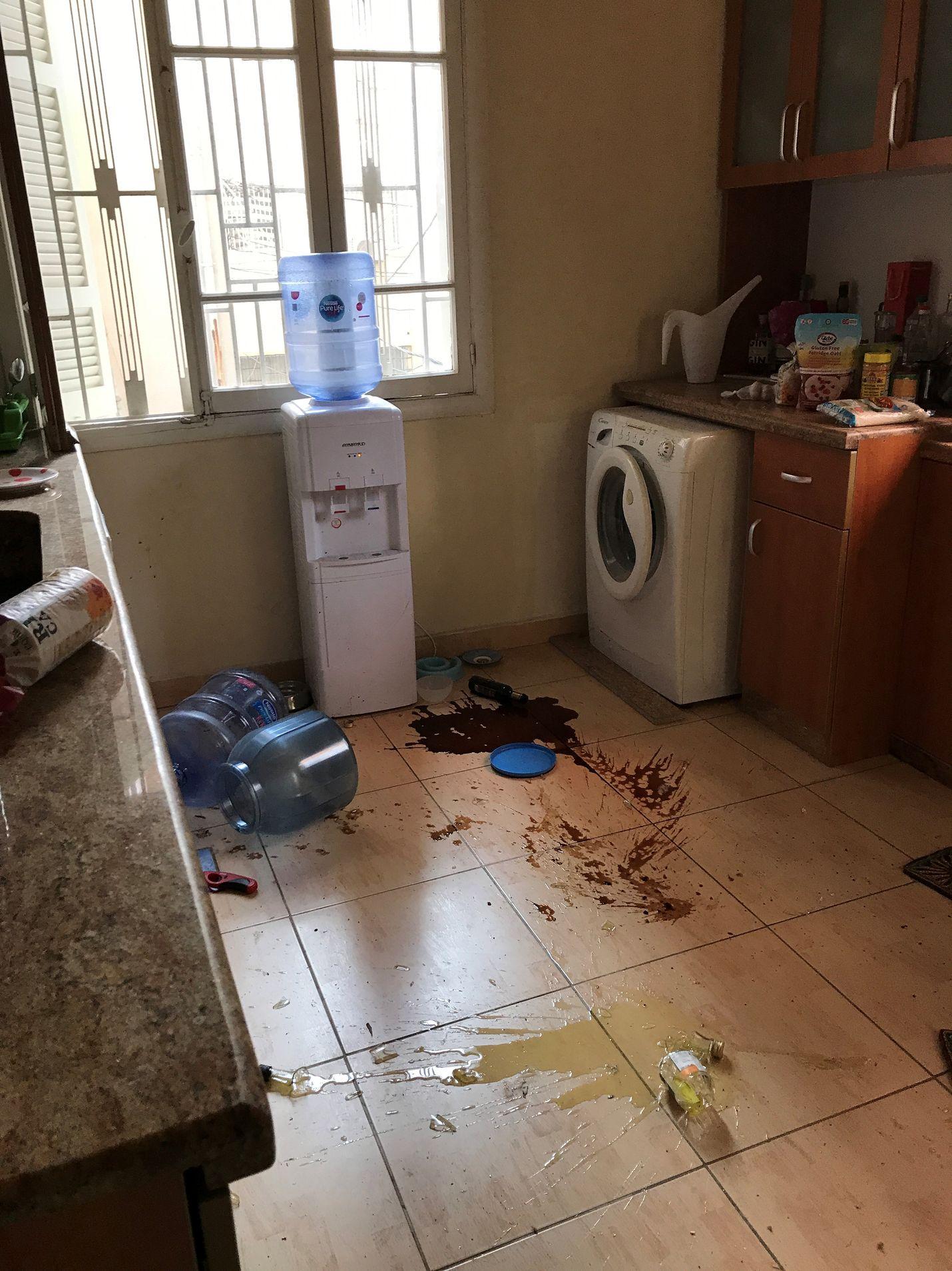 Räjähdysten jäljiltä. Sundellin kotona oli siivottavaa.
