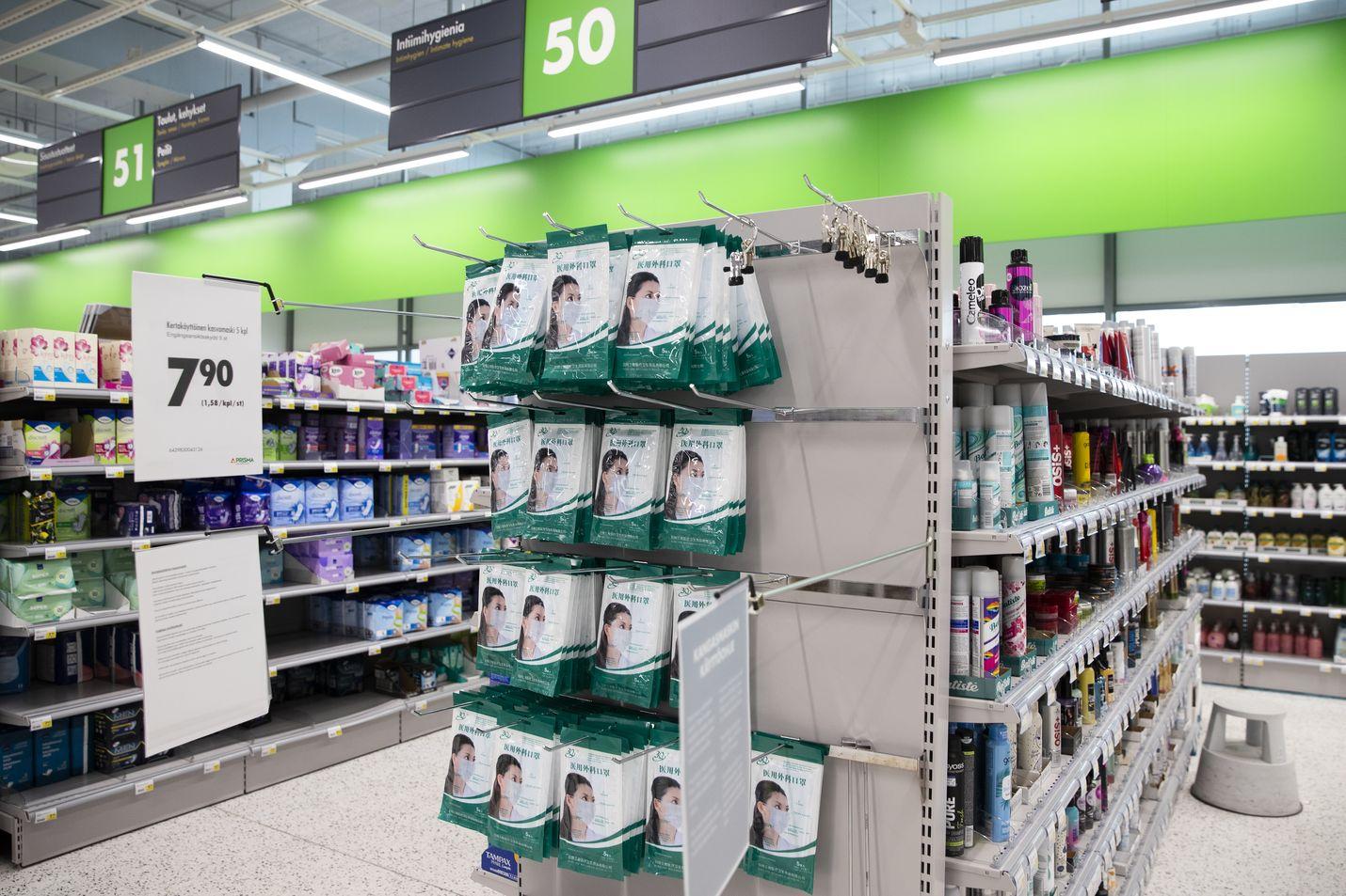 Maskeilla on Suomessa kysyntää, vaikka suositusta ei ole toistaiseksi annettu. Tässä myymälässä aamulla täytetty hylly oli puolenpäivän aikaan puolillaan. Tarjolla oli tuolloin vain yhtä mallia.