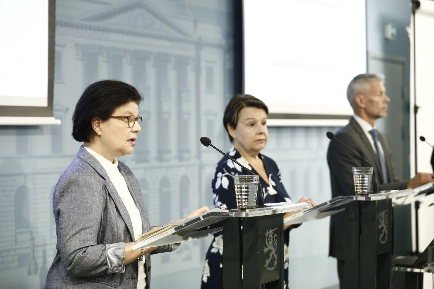 Liisa-Maria Voipio-Pulkki, Kirsi Varhila ja Taneli Puumalainen kertoivat varautumisesta syksyn koronaepidemian eri skenaarioihin.