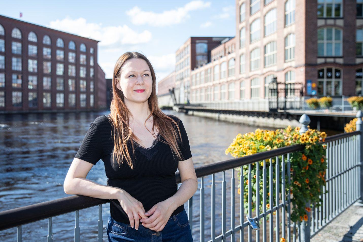 Kirjallisuudentutkija Maria Laakso kuvattiin Tampereella Tammerkosken tehdasmaisemassa. Sama maisema on kuvattu 20 markan setelin taustapuolelle. Setelin etupuolella komeili kirjailija Väinö Linna, joka aloitti kirjailijan uransa olleessaan vielä töissä Finlaysonin tehtaalla.