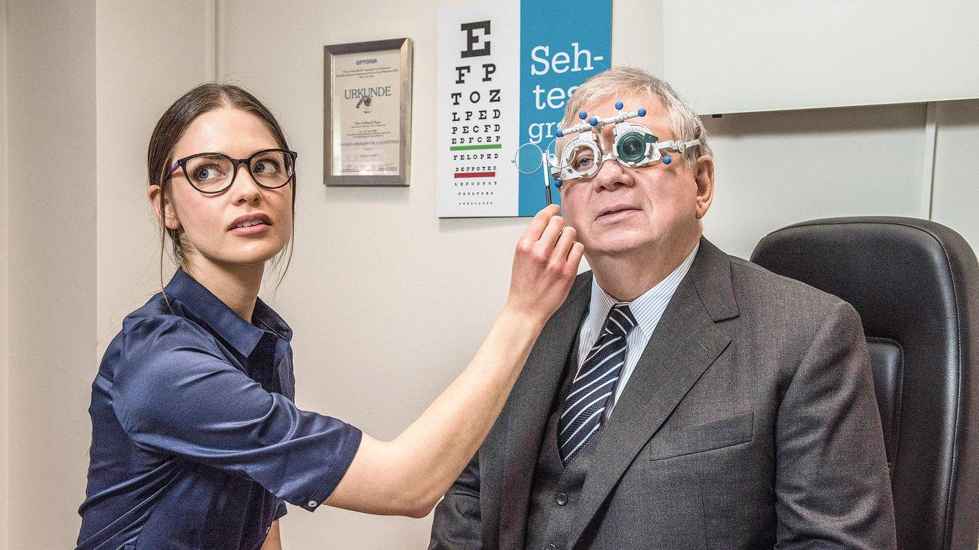 Syyttäjä Bernd Reuther (Rainer Hunold) käy kuolemantapausta tutkiessaan optikon (Laura Berlin) luona ja tutkituttaa samalla näkönsä.