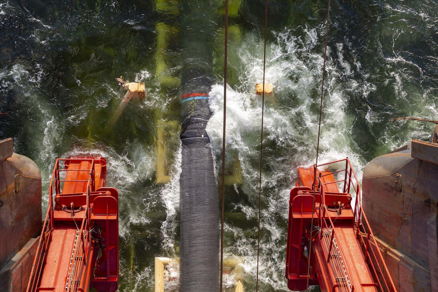 Nord Stream 2 -kaasuputken laskua ja kaasuputkia. Putket on käsitelty ja pinnoitettu Kotkassa.