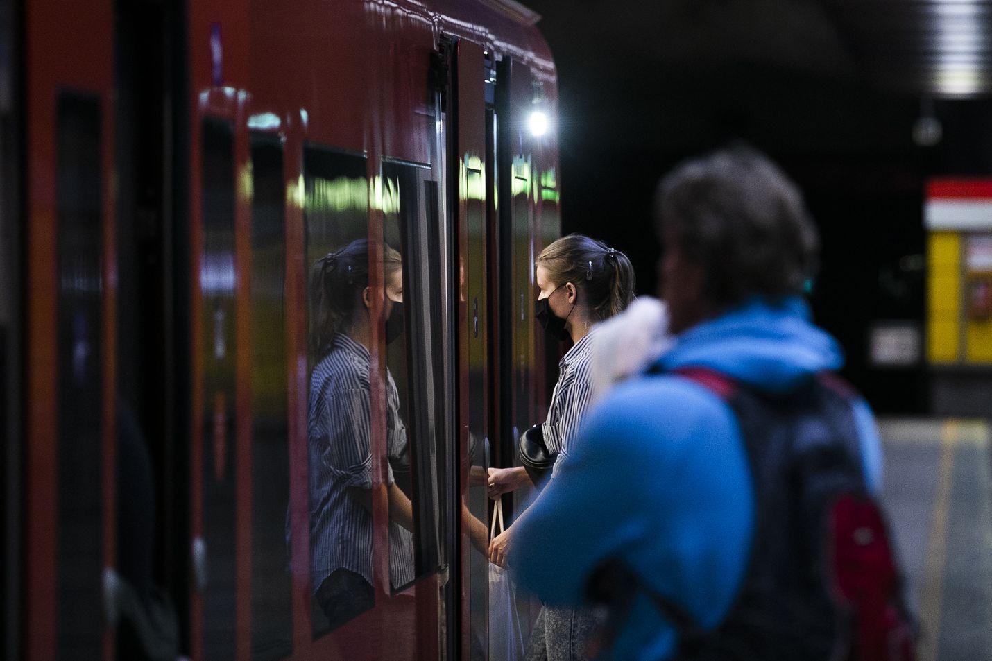 Esimerkiksi Helsingin metrossa osa matkustajista on käyttänyt kasvosuojaimia jo ennen suosituksia.