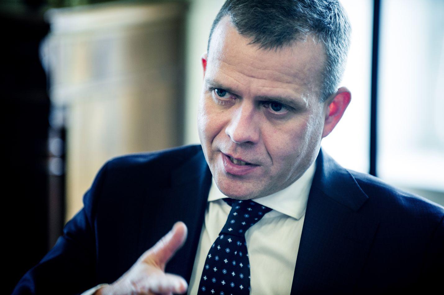 Kokoomuksen puheenjohtaja Petter Orpo muistuttaa, että koronatestien ruuhkautuminen on myös taloudellinen ongelma. Se vaikuttaa haitallisesti muun muassa työpaikkoihin ja työntekijöihin.